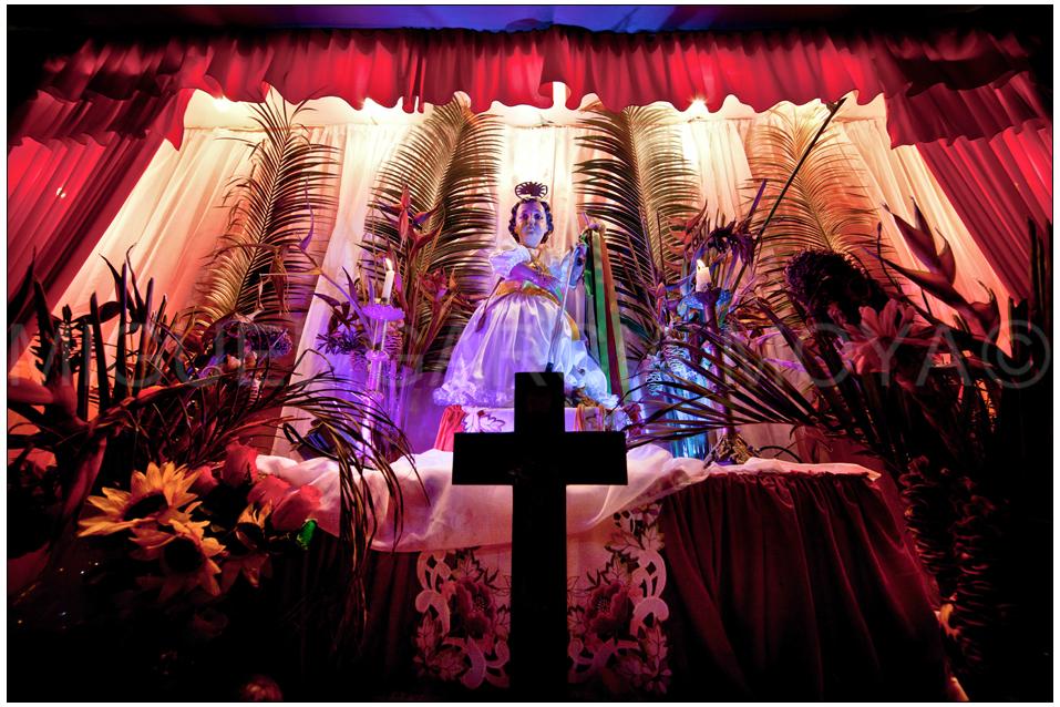 2d59d0ced La celebración del San Juan Bautista que lleva vestido de niña Chuao  Venezuela fotografías de Miguel Moya