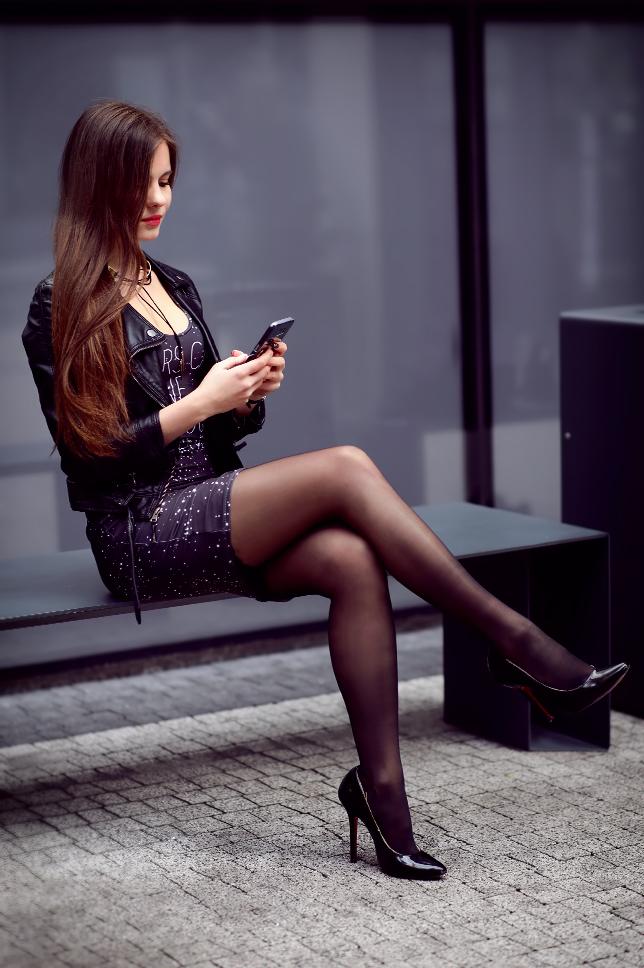 Sukienka z nadrukiem w gwiazdy, ramoneska, czarne pończochy i szpilki