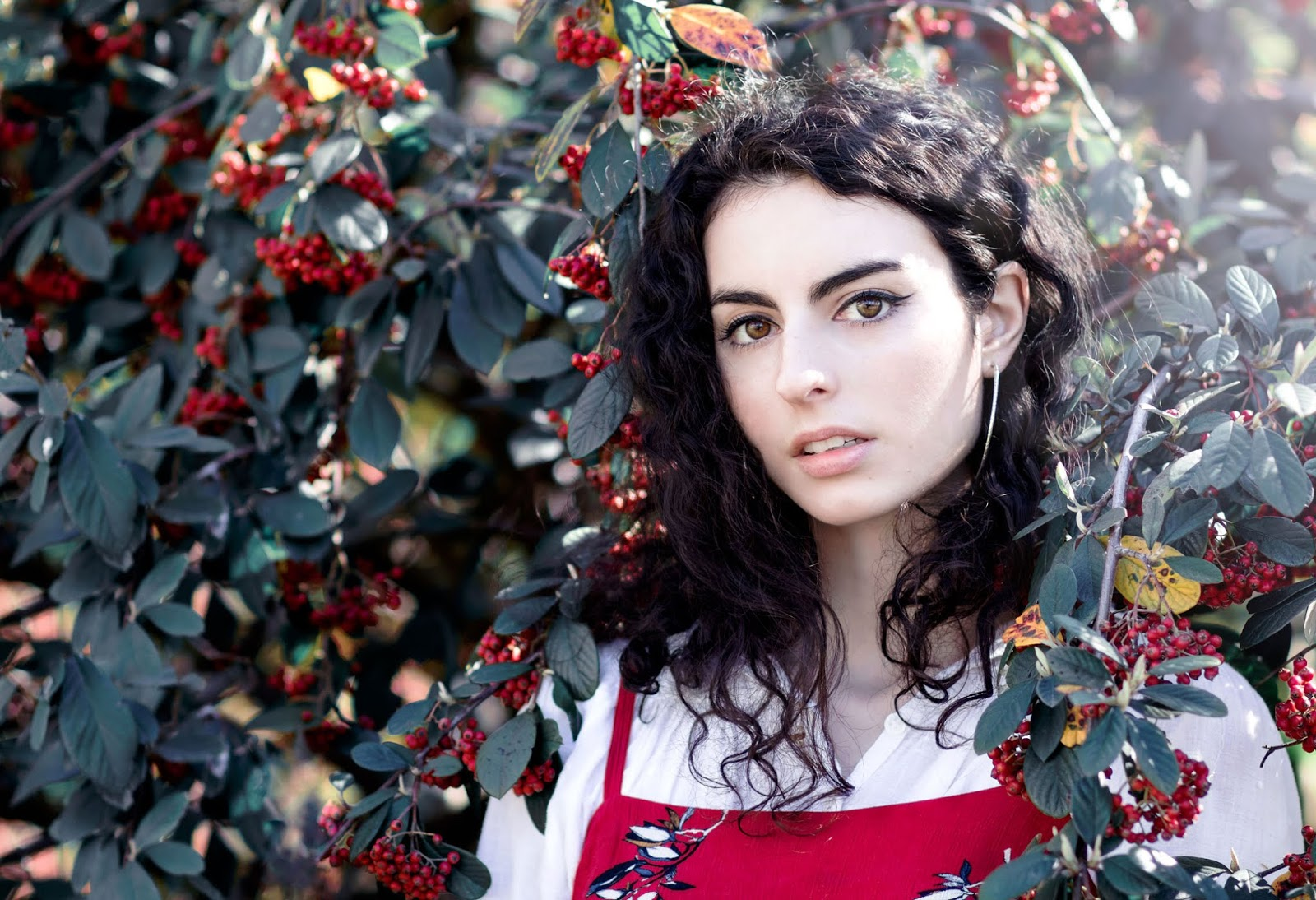 Look printemps, mode, robe rouge à fleurs, blouse blanche, baskets blanches.