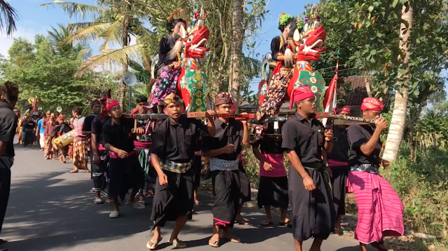 Praje, Tradisi Sunatan di Lombok dengan Naik di atas Tandu Naga