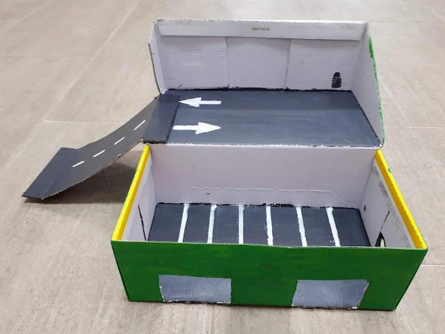 Actividad para peques: parking de juguete con una caja de zapatos