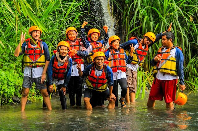 River Tubing Pusur Adventure adalah sebuah komunitas yang terdiri dari masyarakat lokal daerah Polanharjo, Klaten yang memanfaatkan aliran sungai untuk dijadikan wahana wisata permainan river tubing.    Apa sih river tubing itu? River tubing merupakan salah satu wisata air dimana pengunjung nanti dapat menyusuri sungai dengan cara duduk di atas ban karet yang terapung dan bergerak mengikuti aliran sungai. Nah sungai Pusur yang terletak di daerah Polanharjo ini merupakan sungai yang ideal untuk digunakan sebagai wahana river tubing karena jalurnya yang tidak begitu luas, cukup menantang, dan variasi arus dari tenang hingga cukup deras namun tidak terlalu deras sehingga aman untuk berselancar hehe.