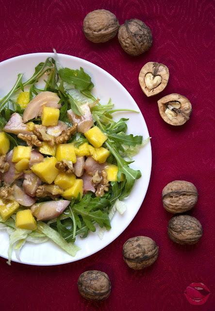 Sałatka z mango i wędzonym kurczakiem