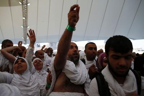 حجاج بيت الله الحرام يرمون جمرة العقبة مع إطلالة عيد الأضحى