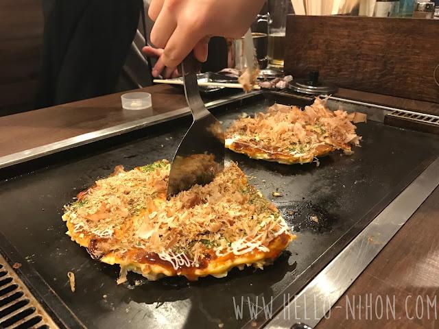 Cutting the okonomiyaki