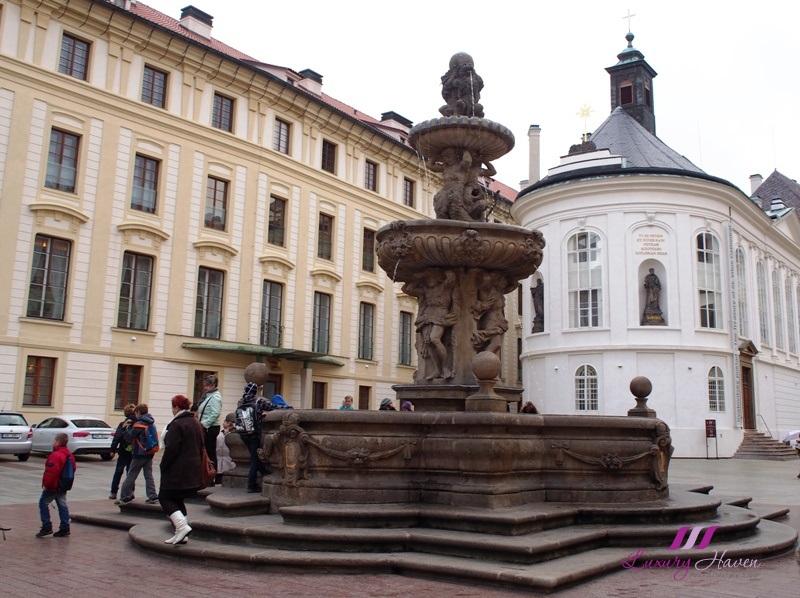 praha second castle courtyard kohls fountain