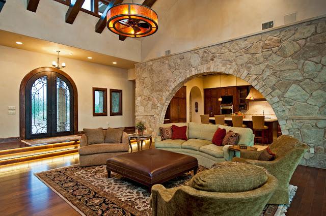 Советы дизайнеров. Оформление гостиной декоративным камнем.