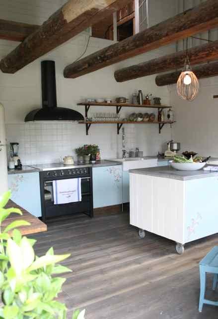Una cocina rustica sueca for Muebles de cocina islas con ruedas