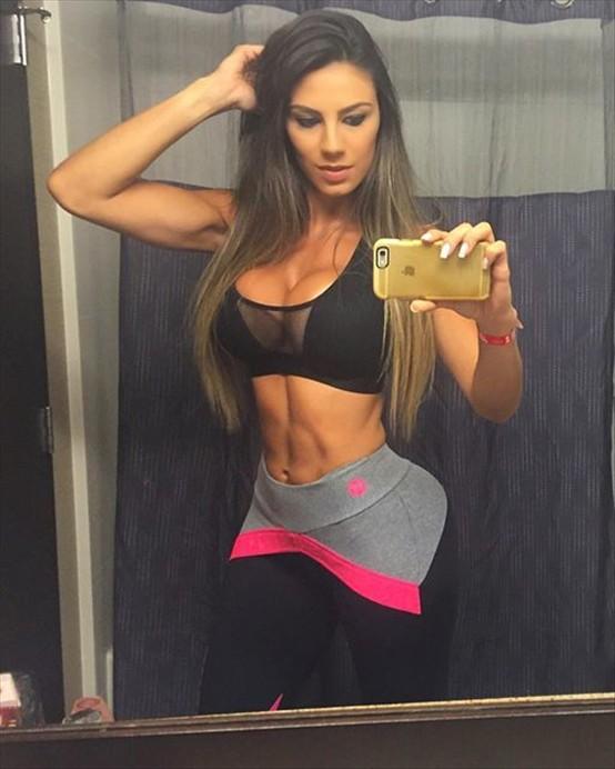 Fitness Model Carol Saraiva photos