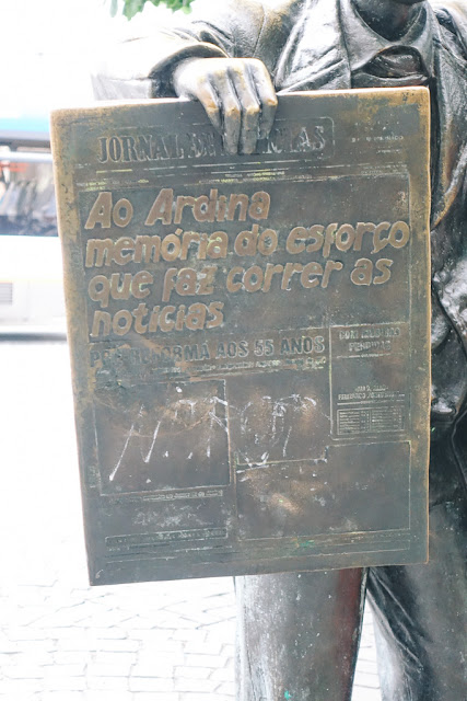 新聞売りの青年像(Estatua do Ardina)
