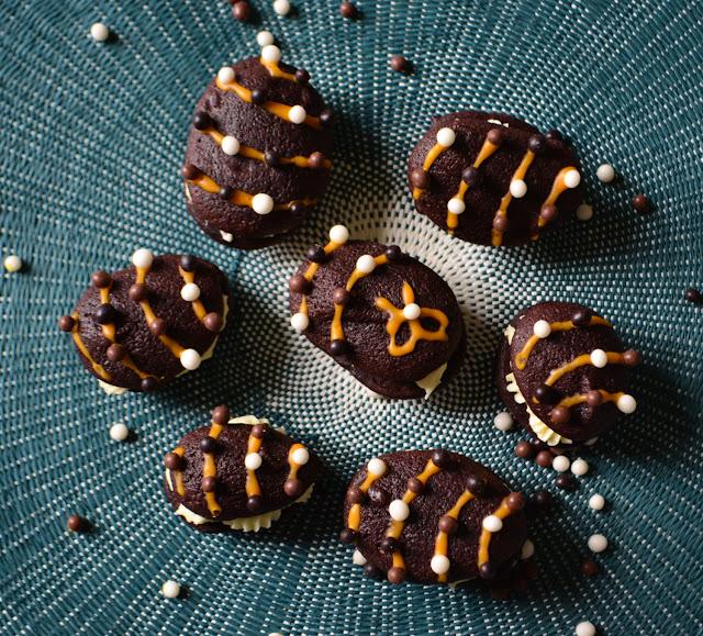 Biscuits moelleux chocolat noir fourrés au chocolat blanc {Oeufs de Pâques}