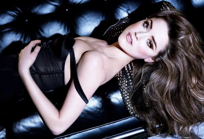 Amber Heard 70 Sexiest Pictures-Bikini,Bra and Cleavage Photos Looks Stunning