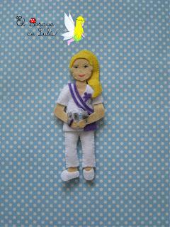 broche-fieltro-personalizado-fisioterapeuta-elbosquedelulu-regalo-hechoamano-felt-fleltro-doll-muñeca-uniforme