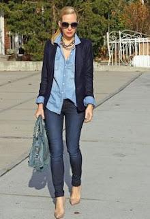 Look ganga total - calças e camisa com blazer azul escuro