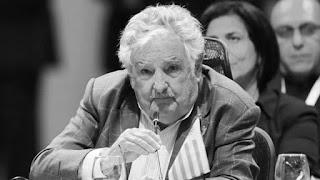 """""""Lo más importante es que Brasil salga de la crisis económica. Yo creo en su inocencia. Con semejante aparato de medios en Brasil, cómo voy a saber lo que pasa"""", aseguró José Mujica en la Universidad Metropolitana para la Educación y el Trabajo (UMET) argentina."""