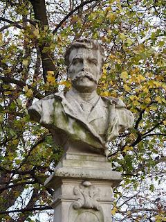 Buste de Maupassant dans le parc Monceau