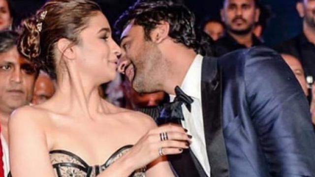 फिल्मफेयर 2019: अवॉर्ड मिलने पर रणबीर कपूर ने आलिया को किया Kiss, फोटो हो रही है Viral
