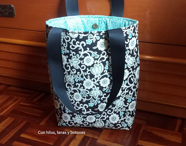Con hilos, lanas y botones: conjunto de bolso (tote bag) y cartera Cala