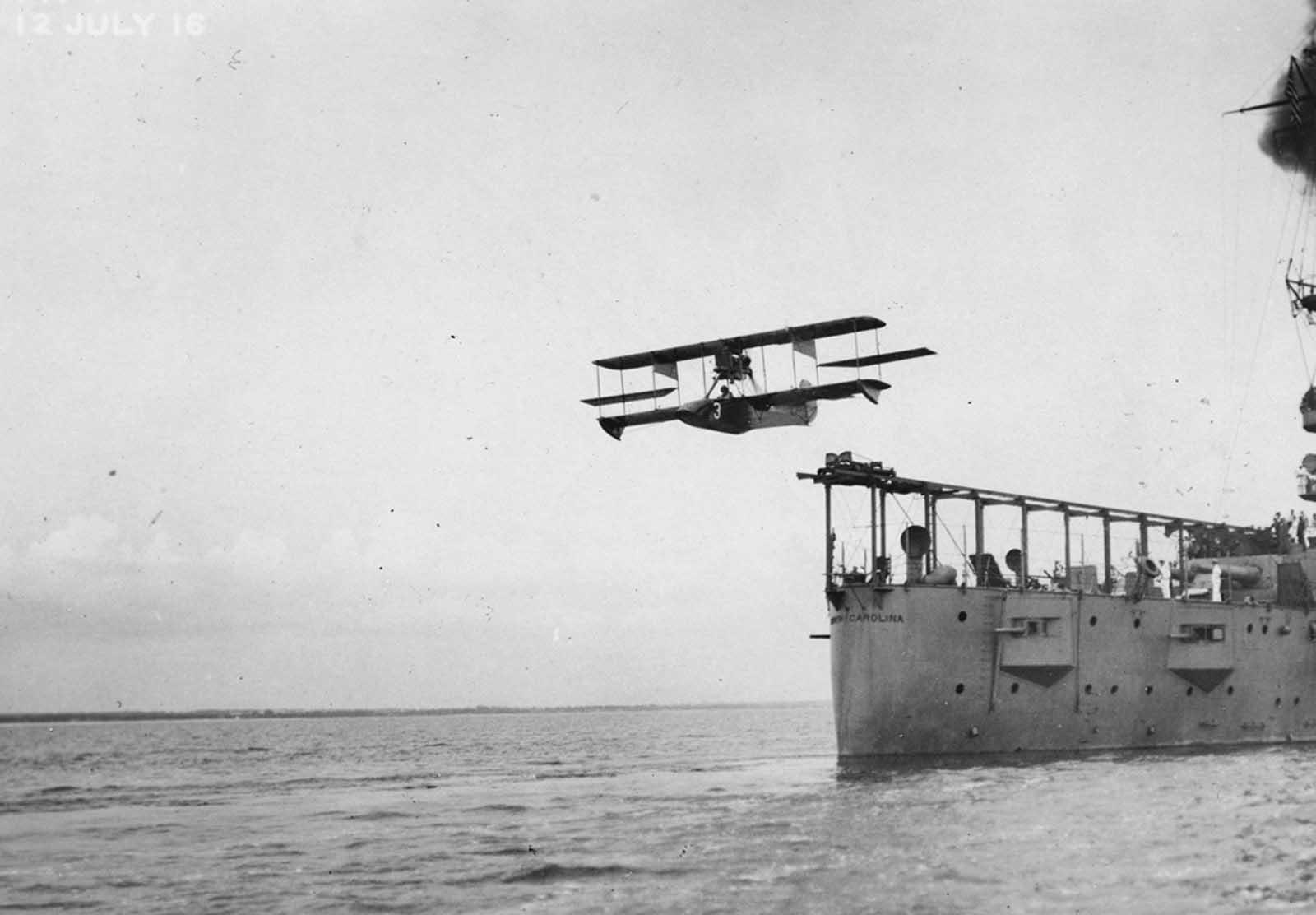 Un avión Curtiss modelo AB-2 catapultó fuera de la cubierta del USS North Carolina el 12 de julio de 1916. La primera vez que un avión fue lanzado por catapulta desde un barco de guerra mientras estaba en marcha fue desde Carolina del Norte el 5 de noviembre de 1915.