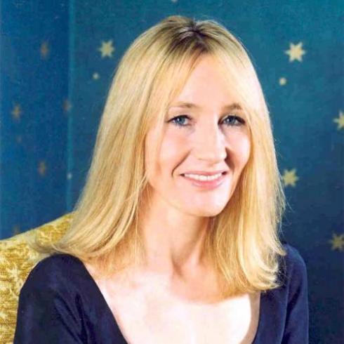Joanne Rowling, née le 31 juillet 1965 en Angleterre, est une romancière anglaise, connue sous le pseudonyme J. K. Rowling. Elle doit sa notoriété mondiale à la série Harry Potter, dont les tomes traduits en au moins 67 langues ont été vendus à plus de 450 millions d'exemplaires.