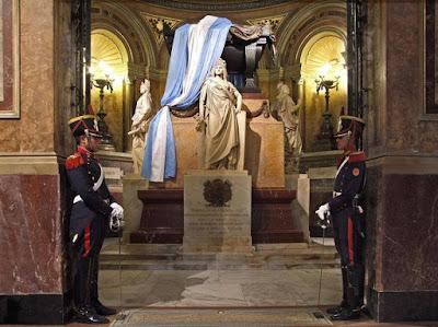 Porque a San Martín lo custodian 7 granaderos?