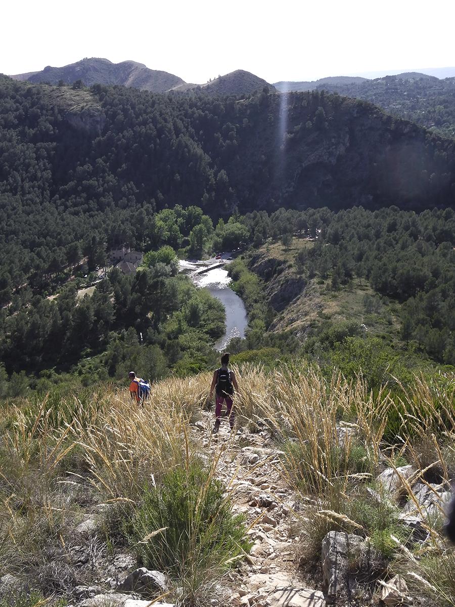 Senda de regreso con el río Albaida al fondo