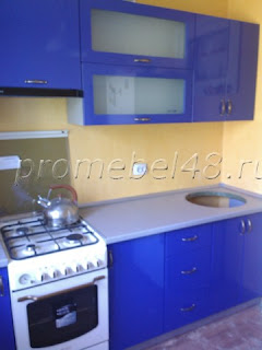небольшая кухня с синими глянцевыми фасадами