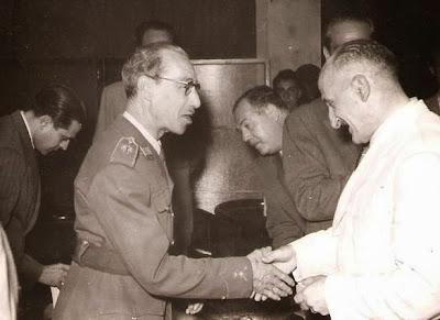 Entrega de medalla a Cortés  en 1951