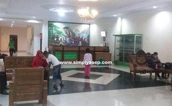 LOBBY :  Halaman depan lobby Hotel EMERALD Sanggau di Kalimantan Barat yang sempat saya foto sebelum kami kembali ke Pontianak.  Foto Asep Haryono