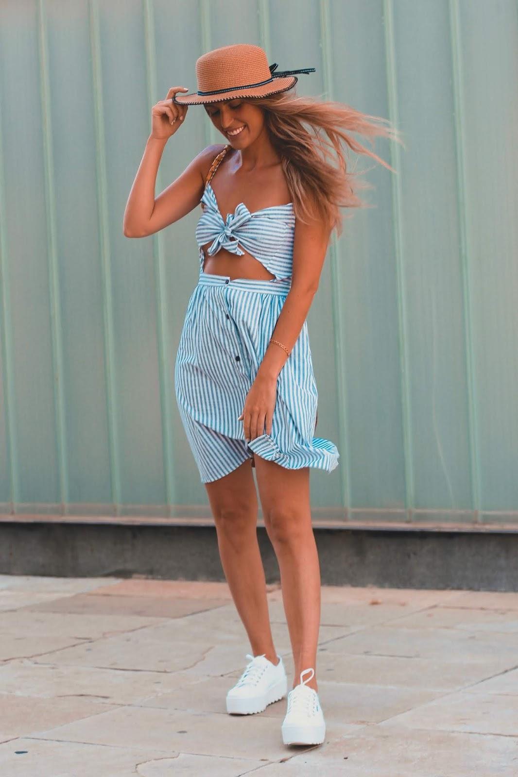 vestido con zapatillas de plataforma