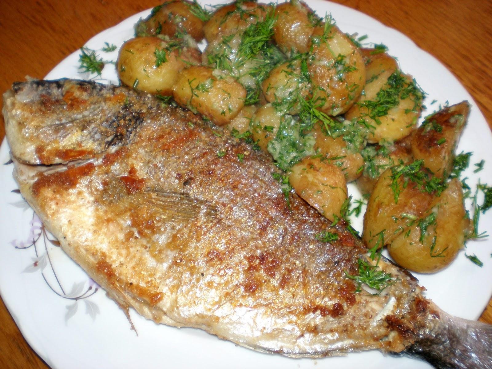 Doradă pe sare și cartofi noi cu mărar și usturoi