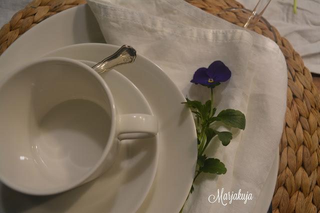 valkoinen iittalan teema kahvikupit ja kukat ja pollavaliina