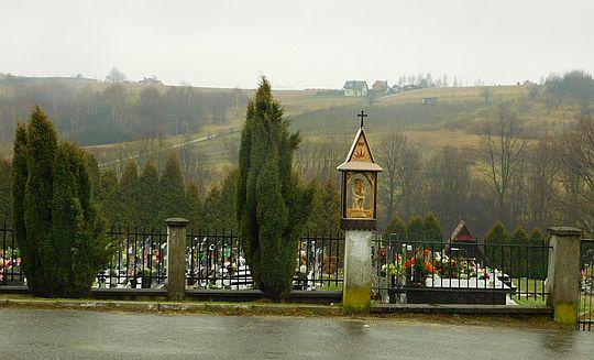 Kapliczka z Chrystusem Frasobliwym w Łękawicy.