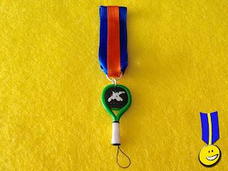 Medalla en fimo de una raqueta de pádel