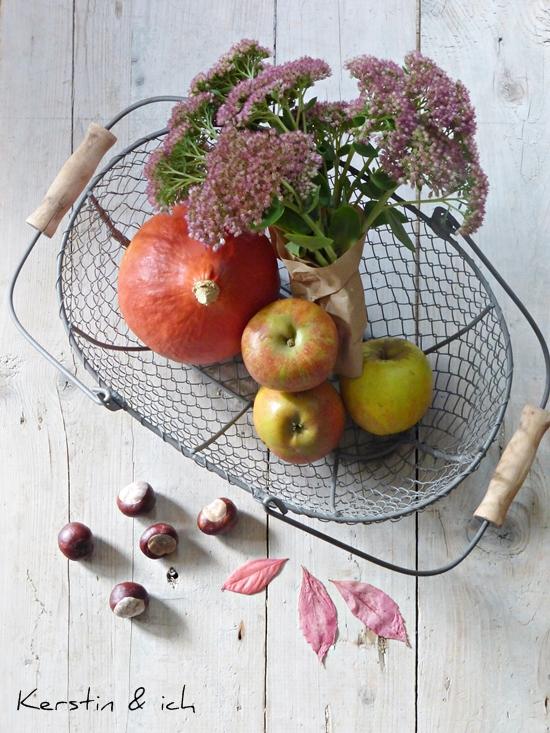 Herbstdeko - Korb mit Kürbis und Äpfeln, Kastanien