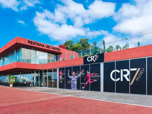 Bên ngoài khách sạn với những hình ảnh của CR7