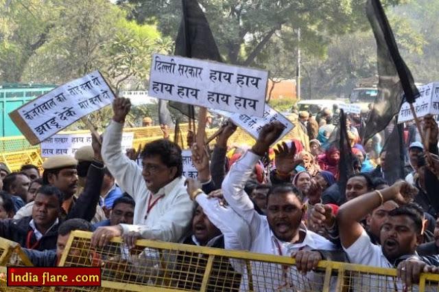 MCD कर्मचारियों ने वेतन न मिलने से नाराज होकर केजरीवाल के घर के आगे प्रदर्शन किया