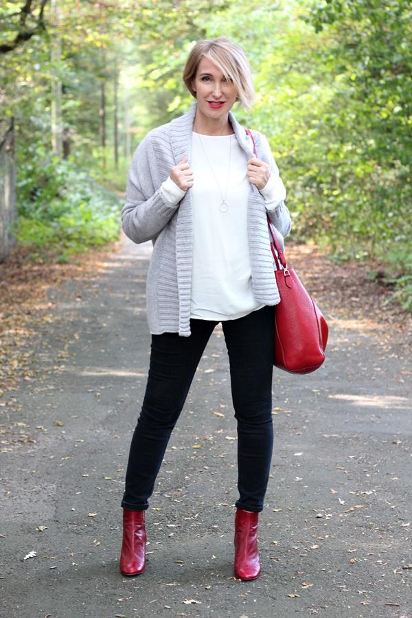 Rote Accessoires im herbstlichen Outfit