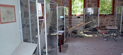 Σπασμένες προθήκες και θαμμένα κάτω από σοβάδες τα ιστορικά απολιθώματα της Λέσβου