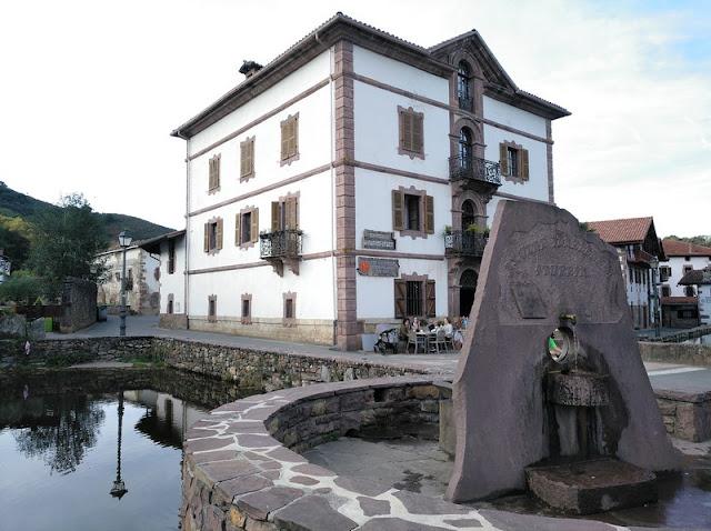 Casa de Indiano y Fuente de Axular en Urdax