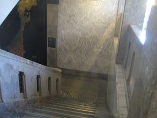 2階へ上る途中から階段部分を見下ろし