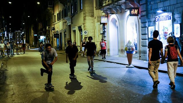 Giovani skater per le strade di Roma di notte
