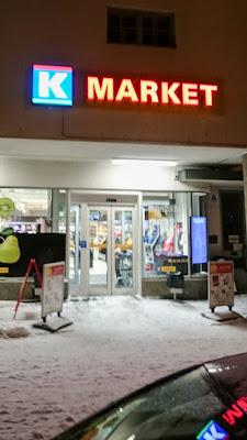 Dimi Doukas tsasounakuvaus retkellä Kuopiossa - ruokakauppa