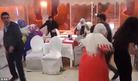http://i2.wp.com/2.bp.blogspot.com/-JlNKIVSHN8E/V7W_XqOe9rI/AAAAAAAB9MU/1EjIRajSJZ84J7cwv6crlLT7H4hl9k0owCLcB/s1600/explosion-rips-through-wedding-reception-in-turkey3.jpg?w=678&ssl=1