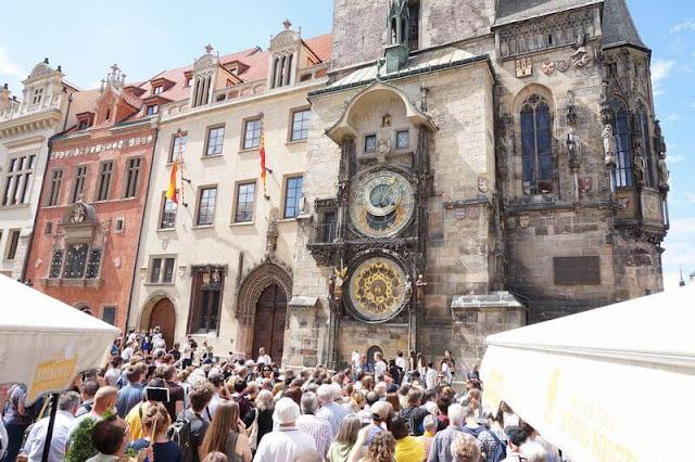 gente mirando reloj astronomico de plaza vieja en praga
