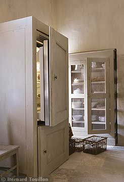 refrigerator - image by Bernard Touillon via cotemaison fr,  Août-Septembre 2005, Maison Famille, La Nouvel Le Vie d Un Mas En Provence as seen on linenandlavender.net - http://www.linenandlavender.net/2014/01/backtoprovence.html