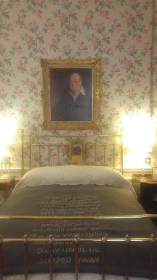 על מיטה זו צ'רציל נולד