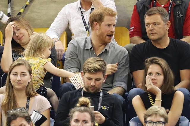 Príncipe Harry durante jogo Menina rouba pipoca de Príncipe Harry durante jogo