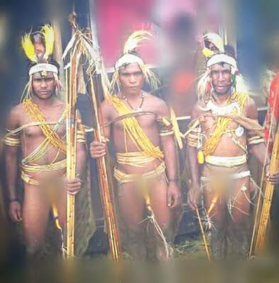 Masyarakat Suku Kimyal dengan Pakaian Adat