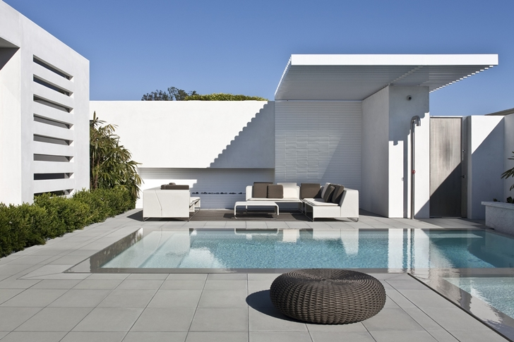 Swimming pool in CORMAC Residence by Laidlaw Schultz Architects